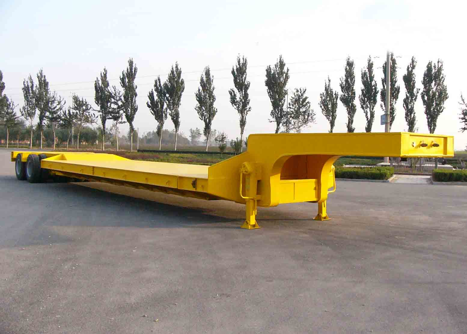 Tri-axle flatbed trailer with high performance