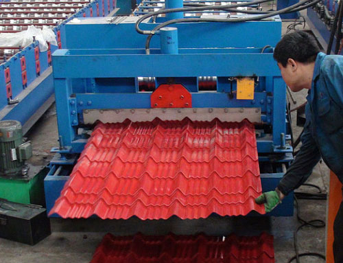 Roof plate forming machine