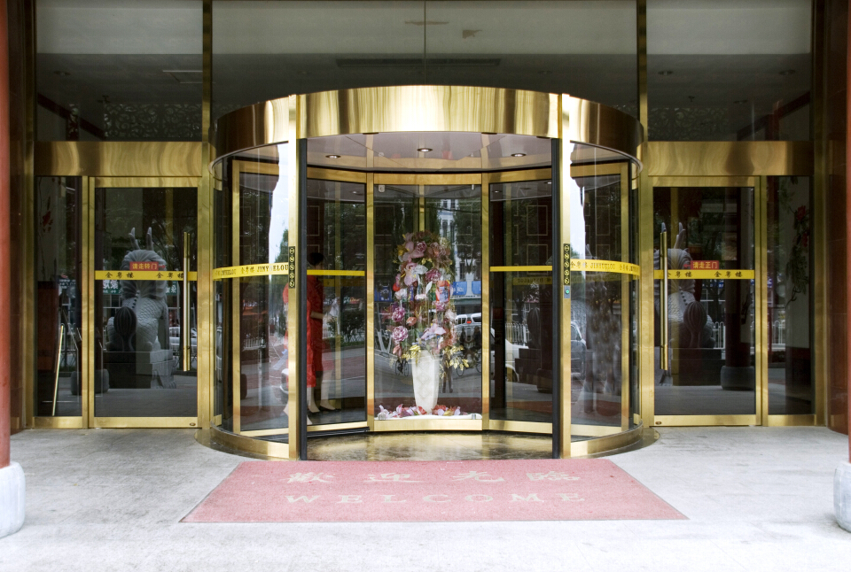 Automatic glass revolving door