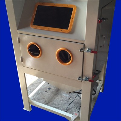 Professional Metal Parts Sandblasting Machine Small With Dust Collector