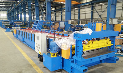 Roof roll forming machine with hydraulic profile cutter