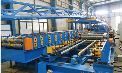 Wall roll forming machine with hydraulic profile cutter