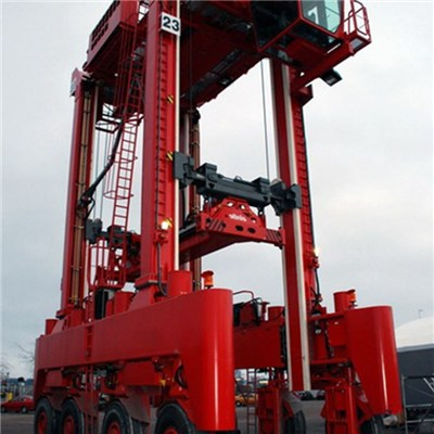 Straddle Carrier for lifting container