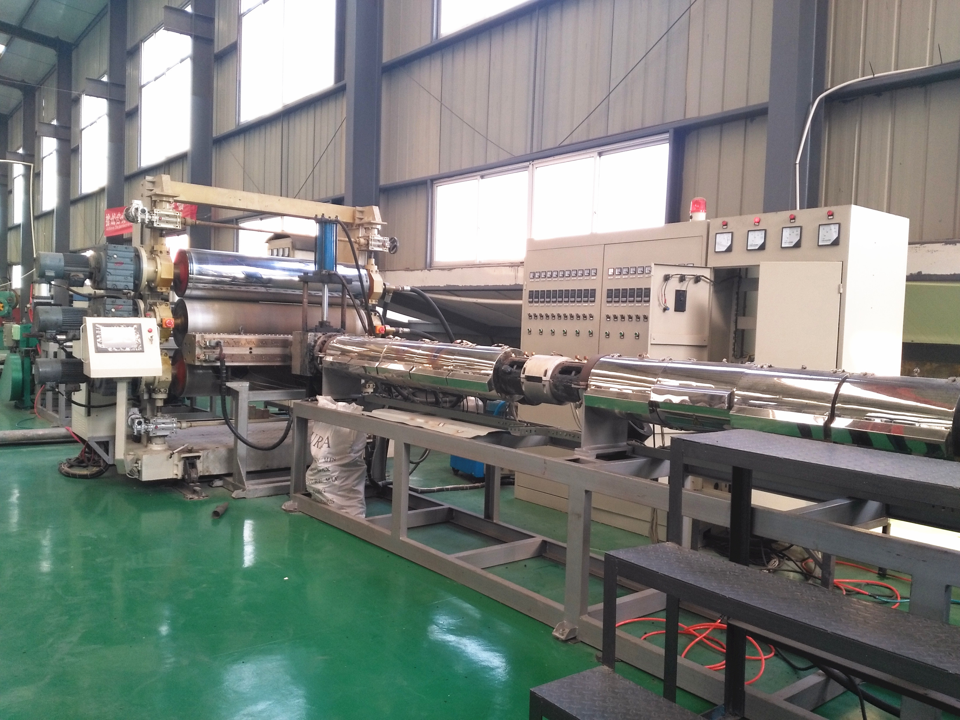 Geocell sheet extruding and welding production line