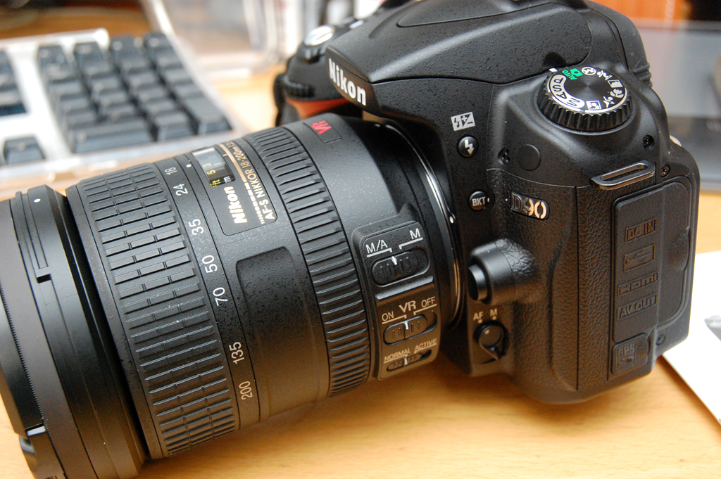 Nikon D90 Digital SLR Camera with 18-105mm VR Lens Kit....1 unit.....$ 300 USD