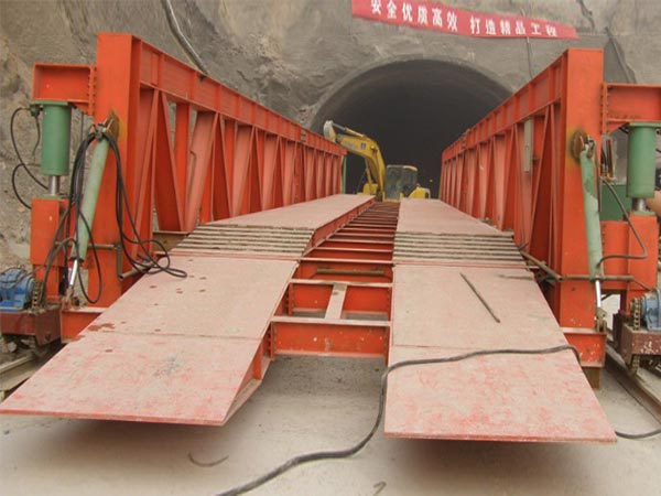 Wheeled hydraulic inverting bridge formwork