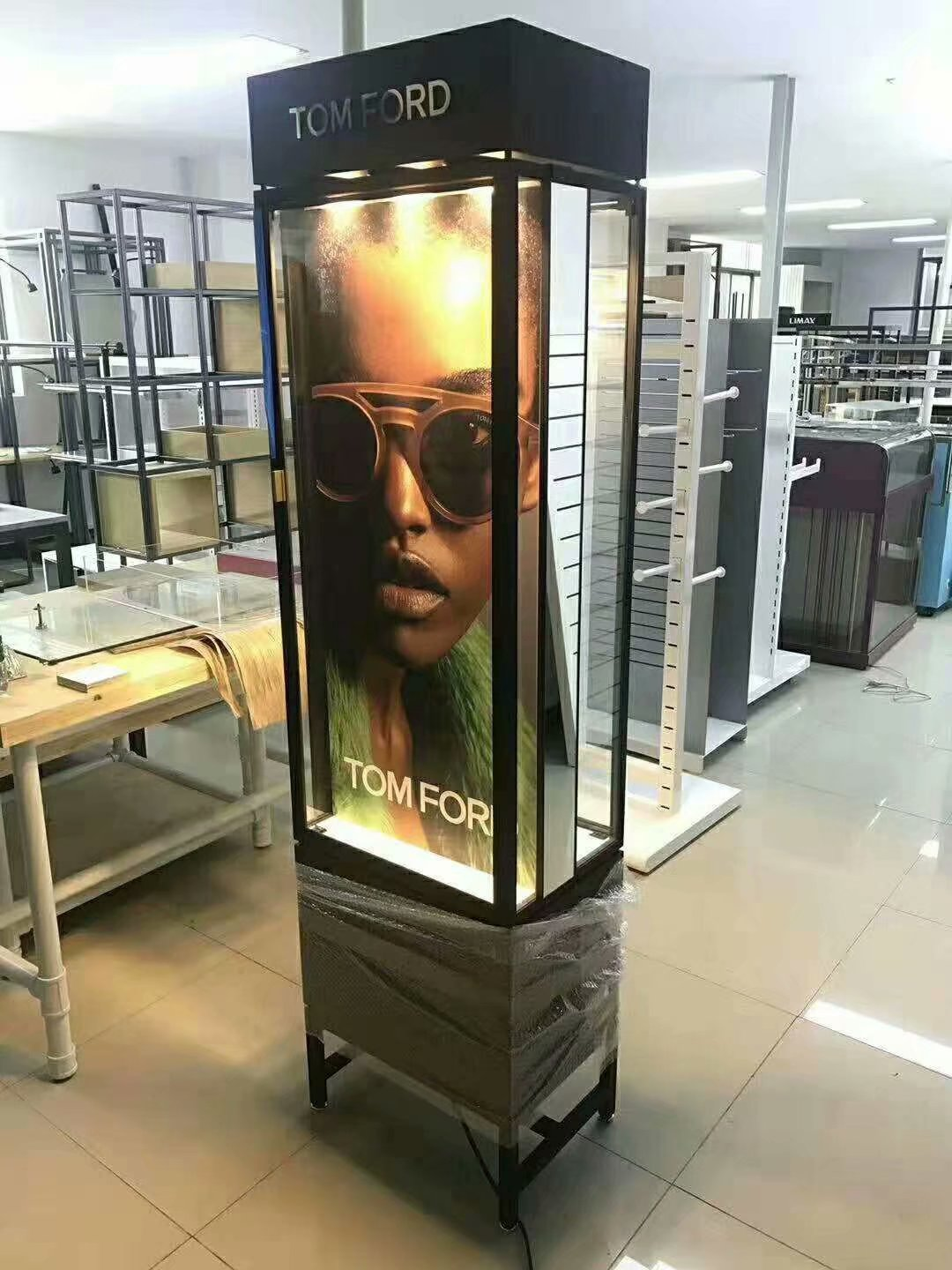 custom shopfitting| eyewear store fixture